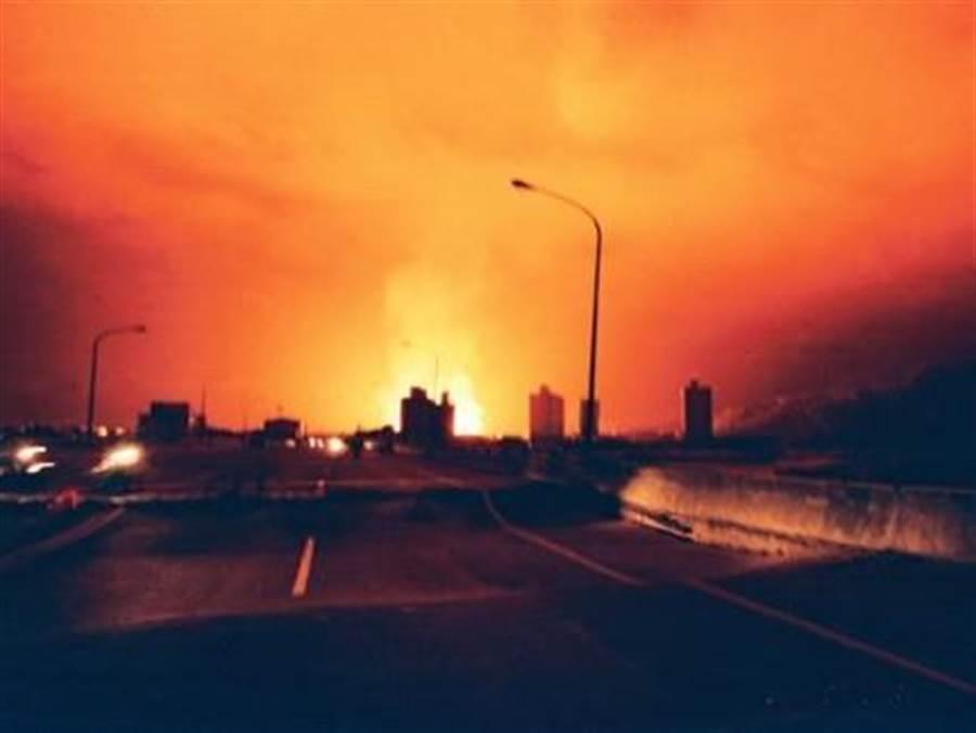 921強震造成南投酒廠10萬桶白蘭地一夕全毀,大火燒了三天三夜,烈焰衝天,鄰近縣市都看得到。(台酒提供/王莫昀 台北傳真)