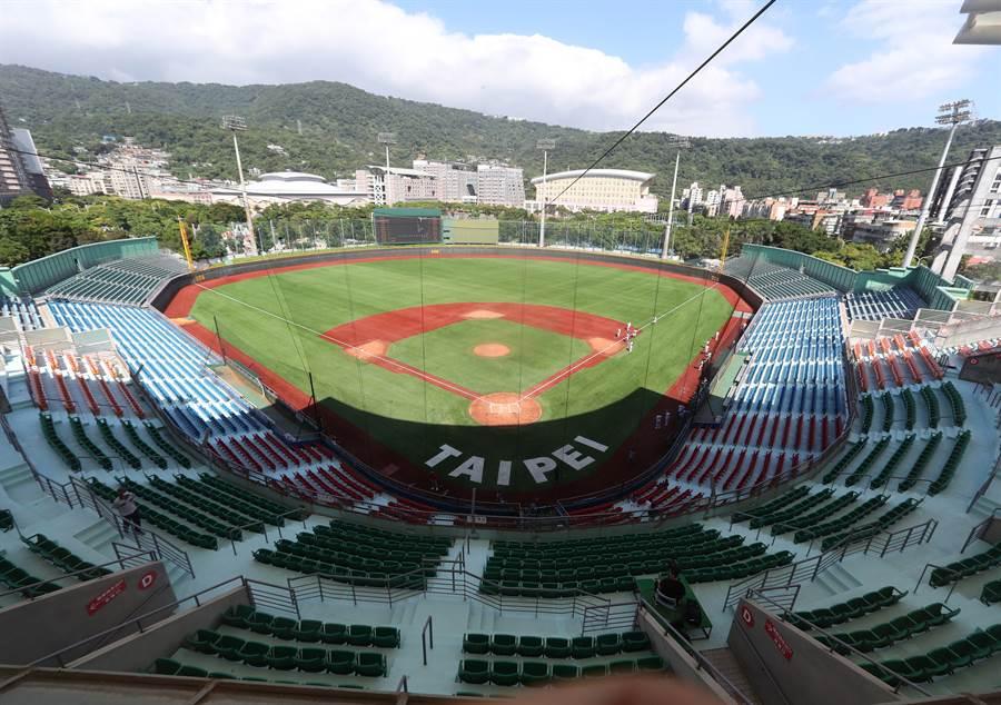 天母球場為台灣第一座人工草皮球場。(陳怡誠攝)