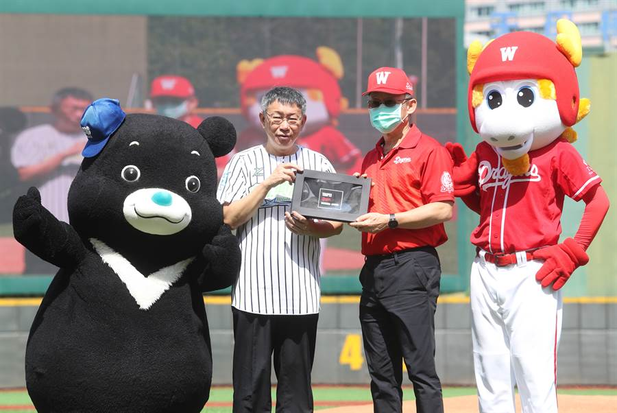 台北市長柯文哲(左2)、味全龍領隊(右2)參加天母球場人工草皮完工紀念賽。(陳怡誠攝)