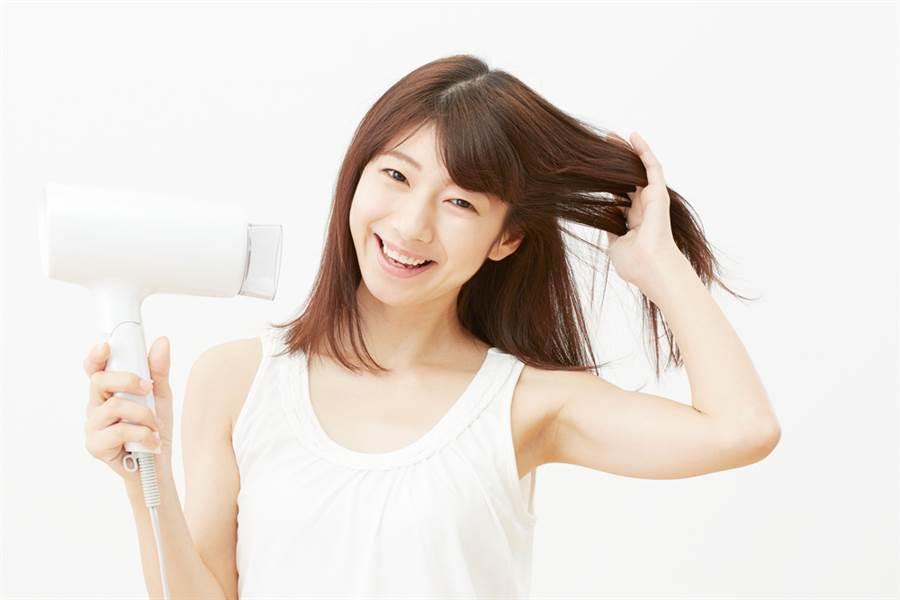 若有燙髮或染髮的女孩們,更應該要立刻在洗完頭髮後吹乾頭皮、髮絲。(示意圖/shutterstock提供)
