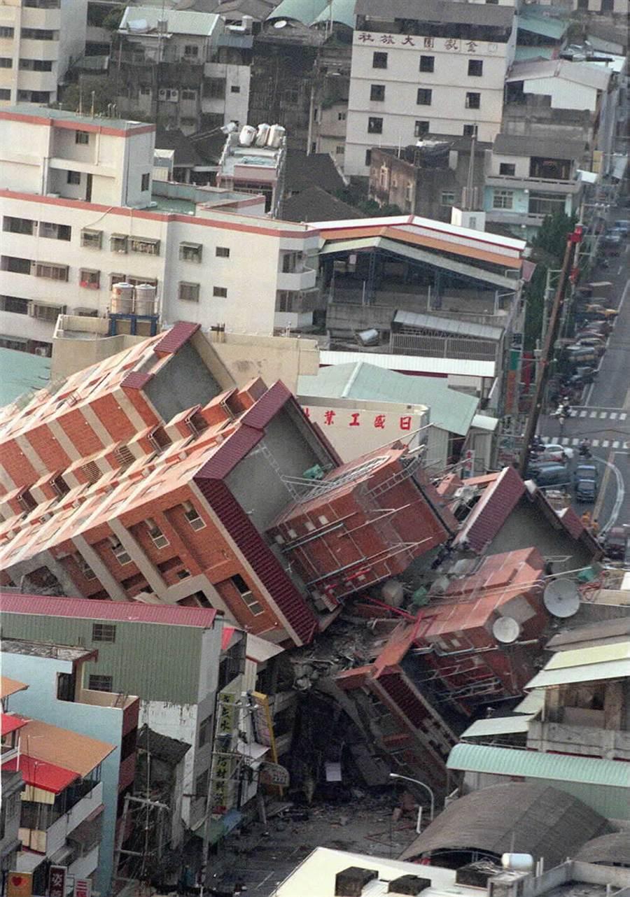 921大地震,集集大地震造成台中東勢地區嚴重的災情,從直昇機鳥瞰下去,到處可見大樓倒塌的斷垣殘壁。(中時資料照 游智勝攝)
