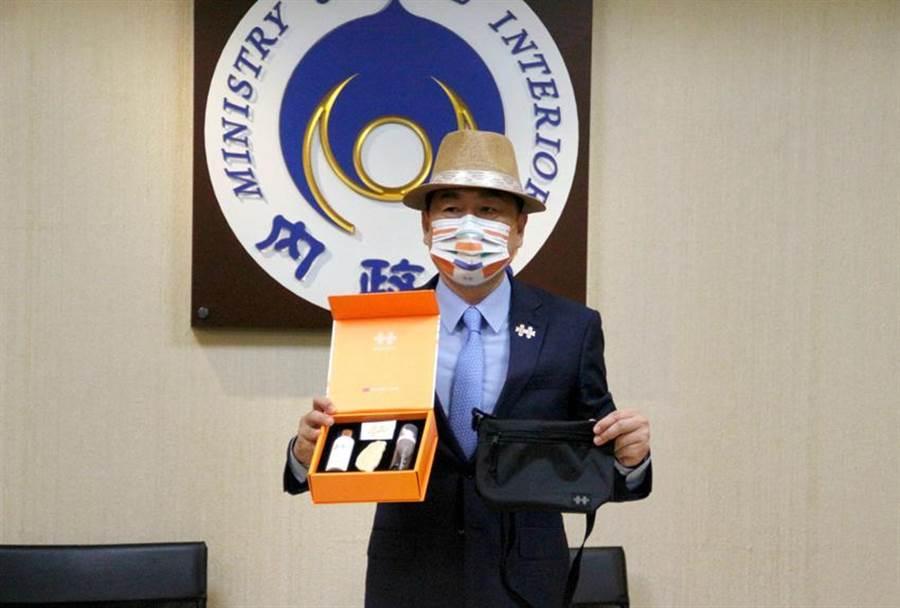 國慶籌備委員會秘書長陳宗彥今日開箱109年國慶紀念品禮盒。圖/內政部提供