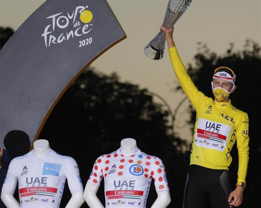 斯洛維尼亞年輕小將普加卡,在環法自由車賽一舉奪得象徵冠軍黃衫、登山王圓點衫以及26歲年輕組別白衫,創下環法賽史116年來最年輕奪冠車手紀錄。(美聯社)