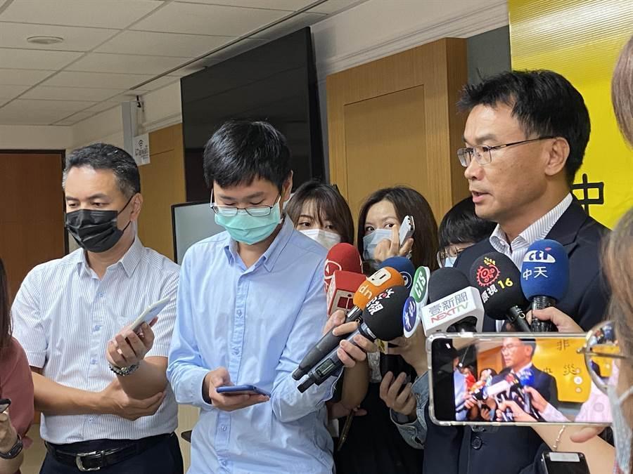 農委會主委陳吉仲今日回應《科學人》廣告撤除一事。(李柏澔攝)