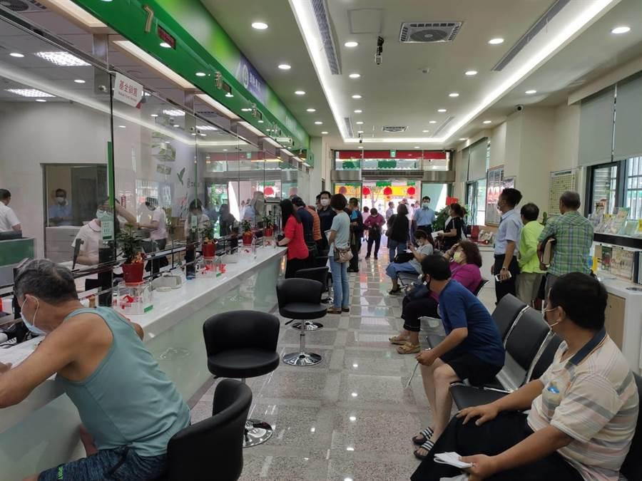1樓郵局服務窗口增加,未來人力也將視業務陸續進駐。(張妍溱攝)