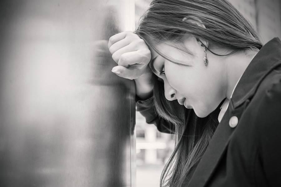 一對高中情侶在廁所內嘿休被實習老師發現,而實習老師未制止反而全程錄下。(示意圖/Shutterstock)
