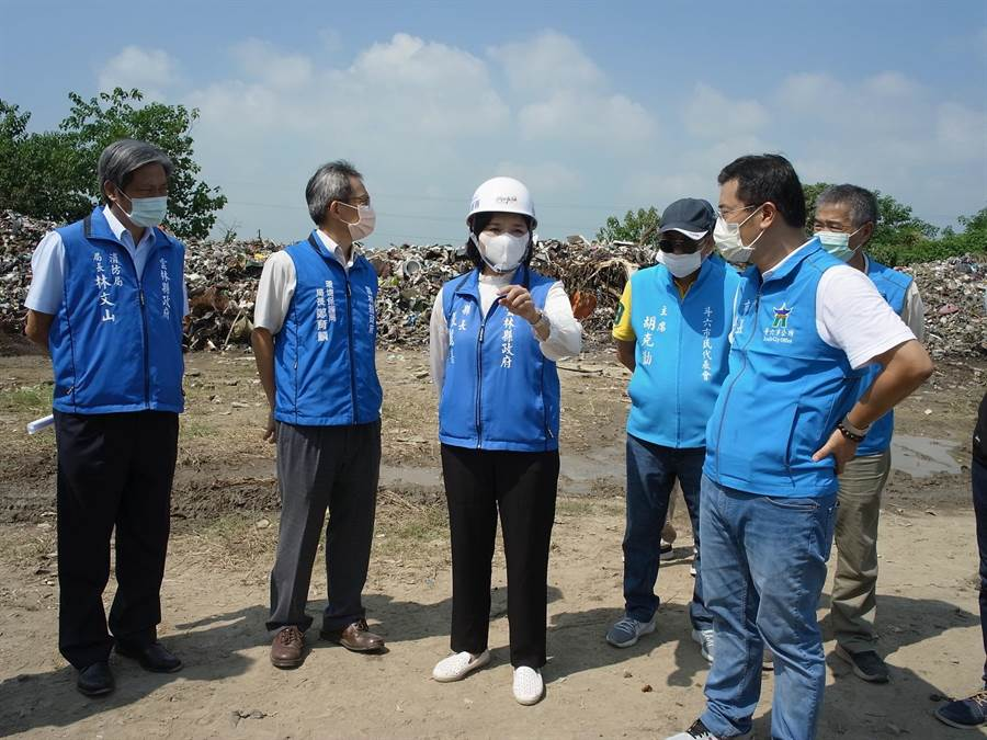 雲林縣連續2起垃圾大火燒出垃圾問題,雲林縣長張麗善(左三)指示縣府團隊展開安全稽查。(張朝欣攝)
