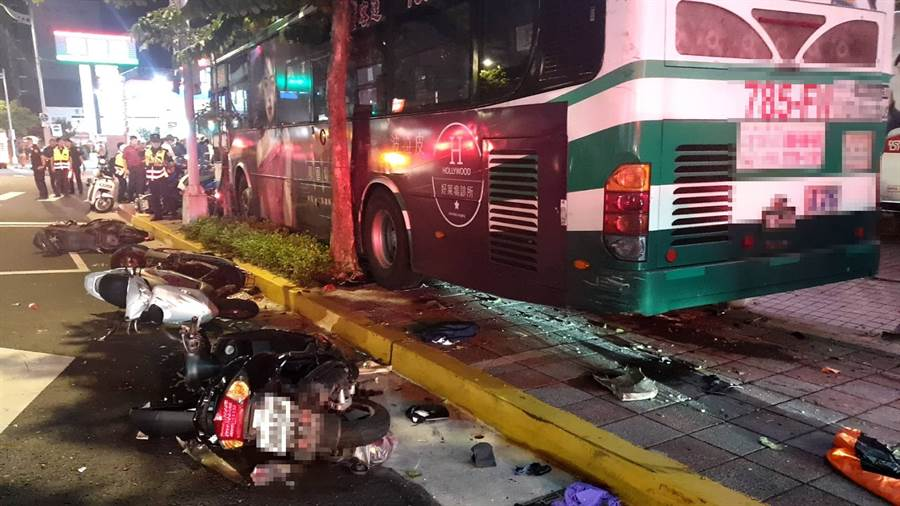 直擊》北市內湖驚見公車直撞人行道,1騎士命危1員警受傷。(台北市消防局提供)