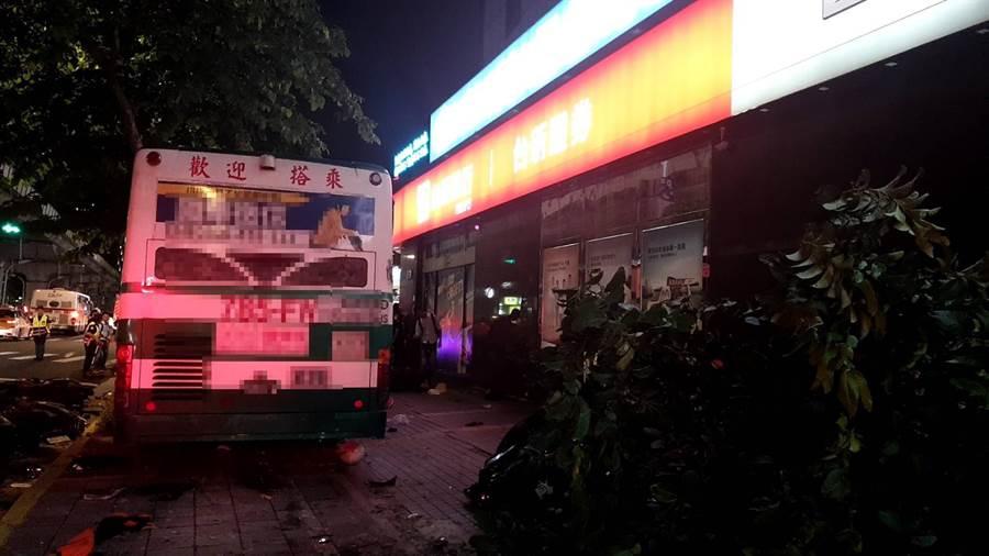 直擊》北市內湖驚見公車直撞人行道 1騎士命危1員警受傷。(台北市消防局提供)