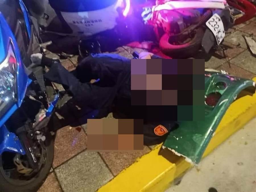 遭撞的員警倒地電話求助支援前來。(台北市消防局)