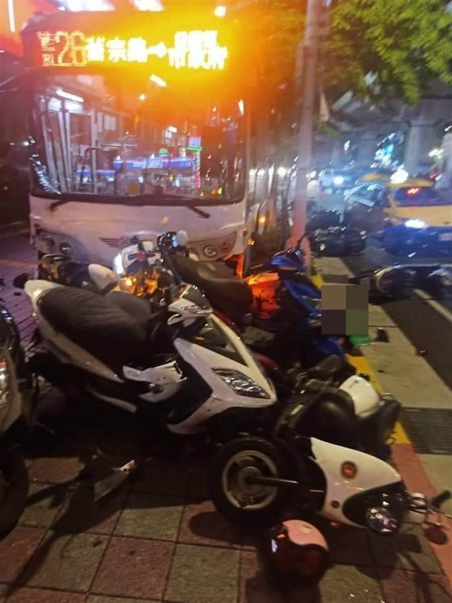 現場共計24台機車遭保齡球式撞倒在地。(台北市消防局)