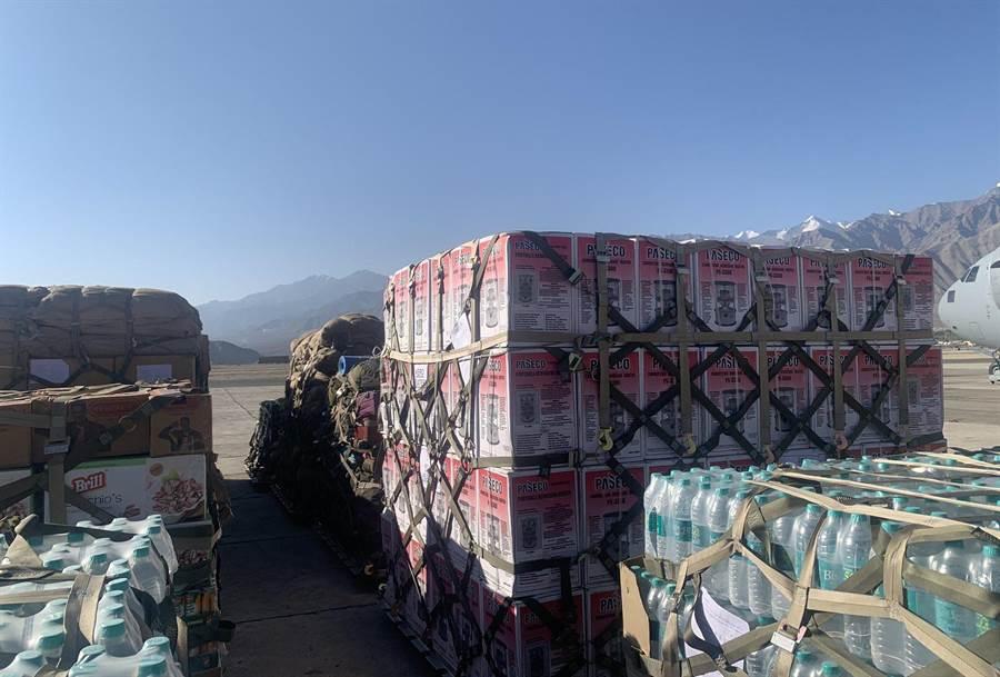 由于每年冬天至少有4个月时间的山区受积雪阻挡,无法进入边界地区,印军必须事先将大量物资运往山区,才能维持部队生存。目前据说已有至少15万吨物资运抵边境地区。(图/网路)