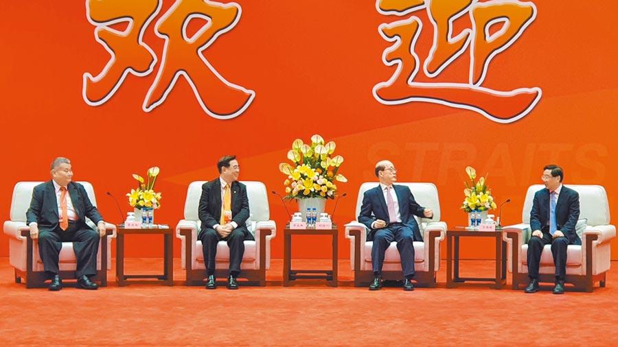 國台辦主任劉結一(中)和福建省委書記于偉國(右)在廈門國際會議中心會晤新黨主席吳成典(左)等人。(藍孝威攝)