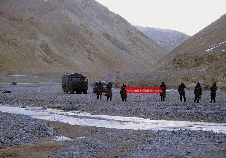 大陸與印度因邊境衝突引發緊張,局勢持續升級。圖為中國軍隊在印度拉達克舉著標語。(美聯社)