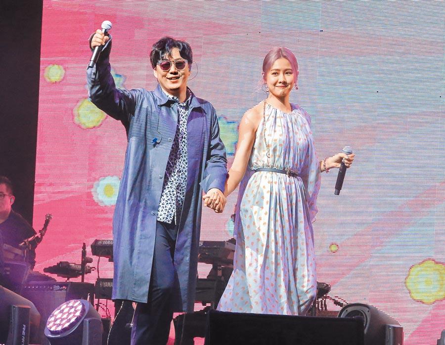 蕭煌奇(左)昨牽著安心亞的手同台合唱。(粘耿豪攝)