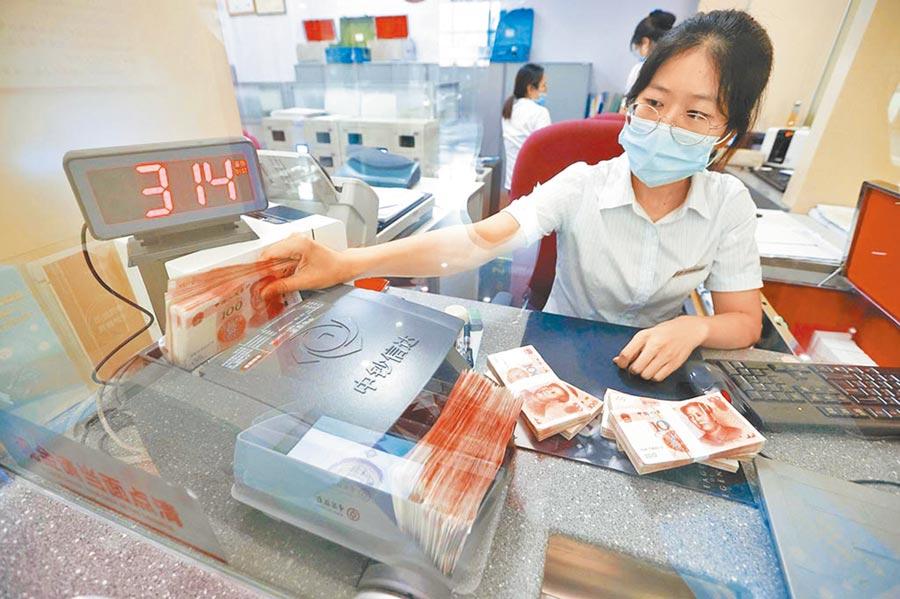 山西太原市銀行行員在清點貨幣。(中新社資料照片)
