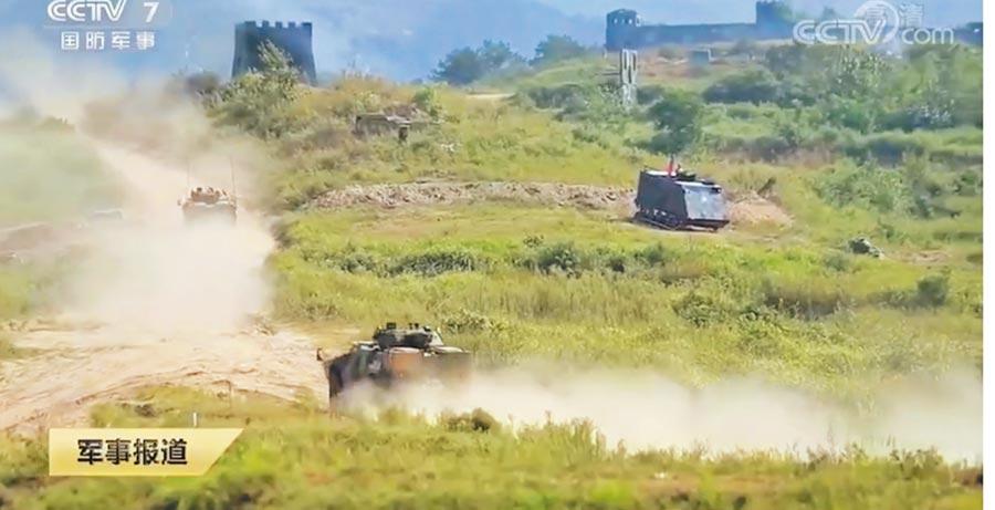 解放軍空降兵演練。(截圖自央視網)
