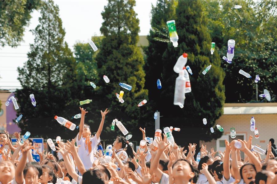 北京太平路小學將廢舊飲料瓶安全回收再利用。(中新社資料照片)