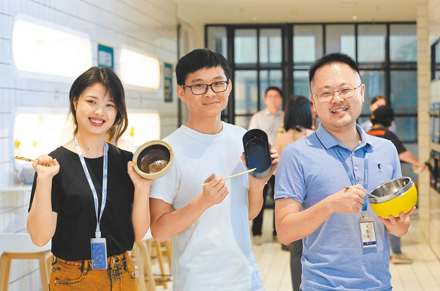 福建泉州市一企業響應「善糧行動」,餐後的員工展示各自的「光盤」。(新華社資料照片)