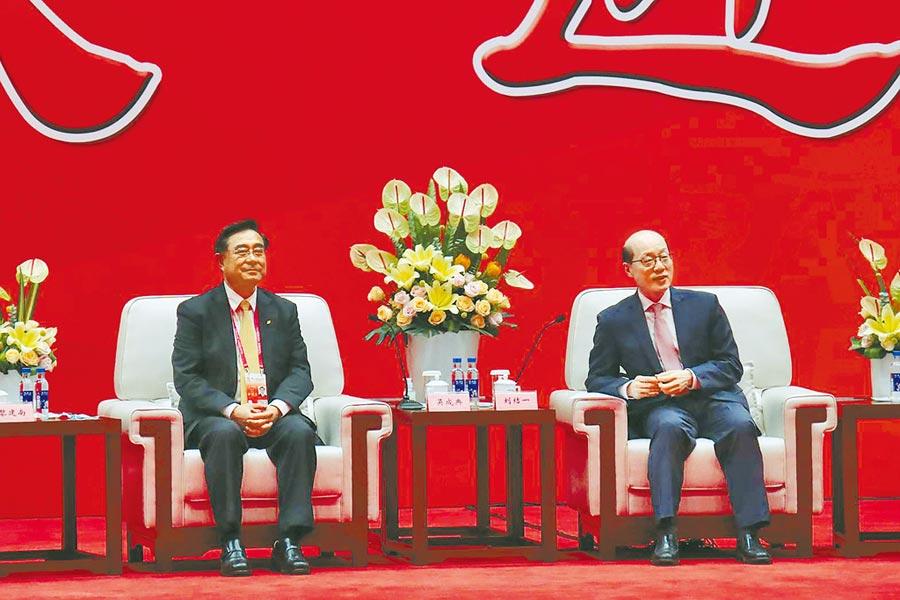 第12屆海峽論壇,國台辦主任劉結一(右)與新黨主席吳成典。(中央社)