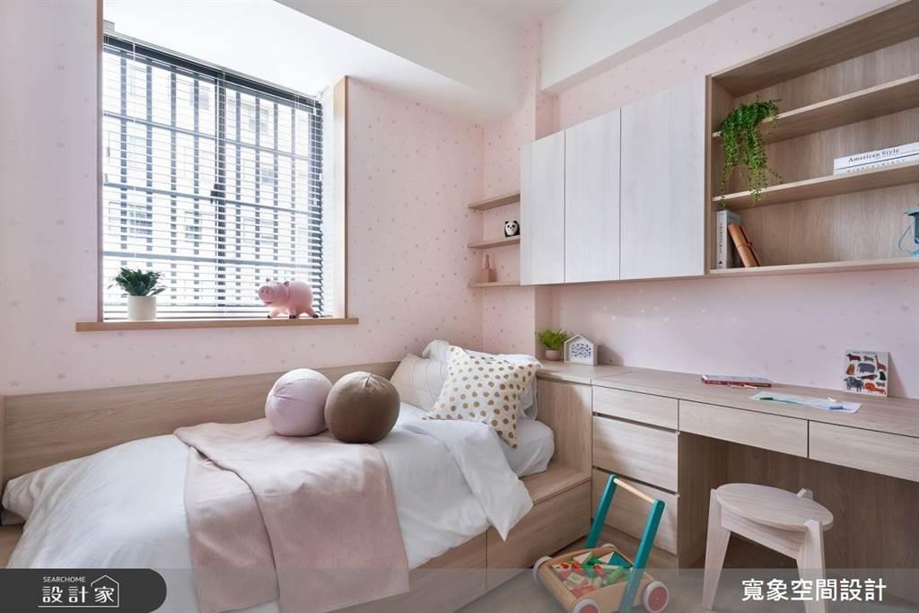 系統櫃的多元組合可以從臥房的床頭、床架到書桌以及收納做整體規劃。(圖片提供/寬象空間設計)