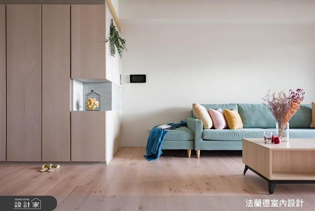 系統櫃常用來規劃客廳、玄關等區域的收納,雖然櫃子量體大所以費用也不會太便宜,但可拆裝搬遷的特性,未來搬家或者要裝修都帶著走。(圖片提供/法蘭德室內設計)
