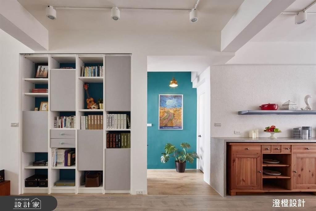 取自舊系統書櫃的灰色門片安裝在新的系統櫃上,不僅環保省錢,也能把舊記憶帶到新家裡。(圖片提供/澄橙設計)