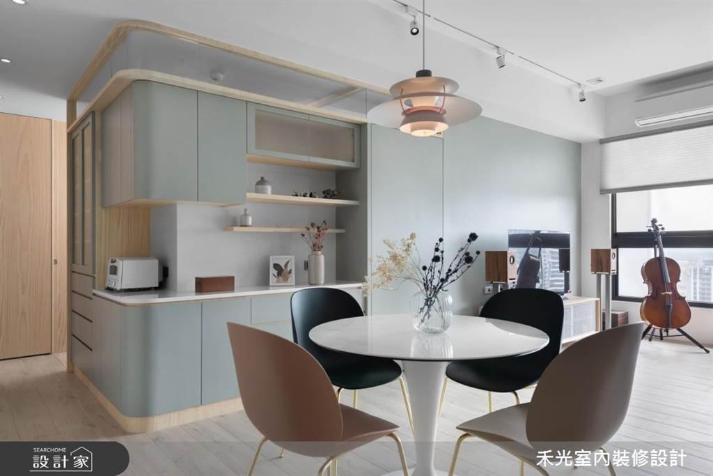 系統櫃可以做到簡單的造型並搭配系統板打造出置物層架,不論是客廳、餐廳、臥房各種空間的收納機能都能一次滿足。(圖片提供/禾光室內裝修設計)