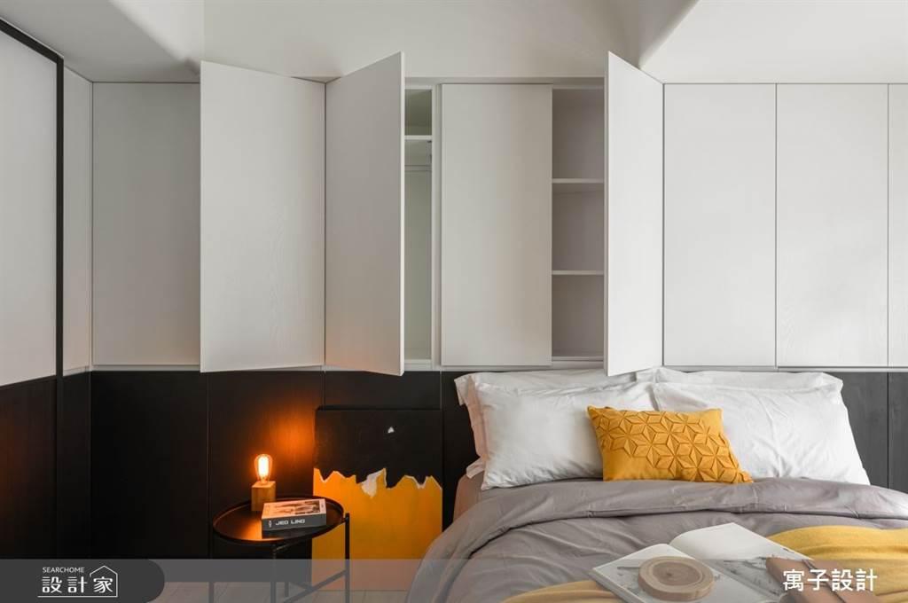 系統櫃比起木作在工程時間上更加快速,使用在床頭不僅能增加收納機能,隱藏門把的設計讓櫃體在沒有使用時就像一道牆一樣,視覺乾淨簡約。(圖片提供/寓子設計)