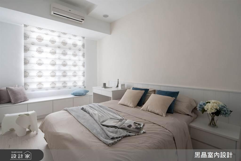 寢室利用客製化系統櫃在臥室窗邊規劃出陽光臥榻,臥榻下方也是收納空間,用系統櫃打造雙贏的設計。(圖片提供/黑晶室內設計)
