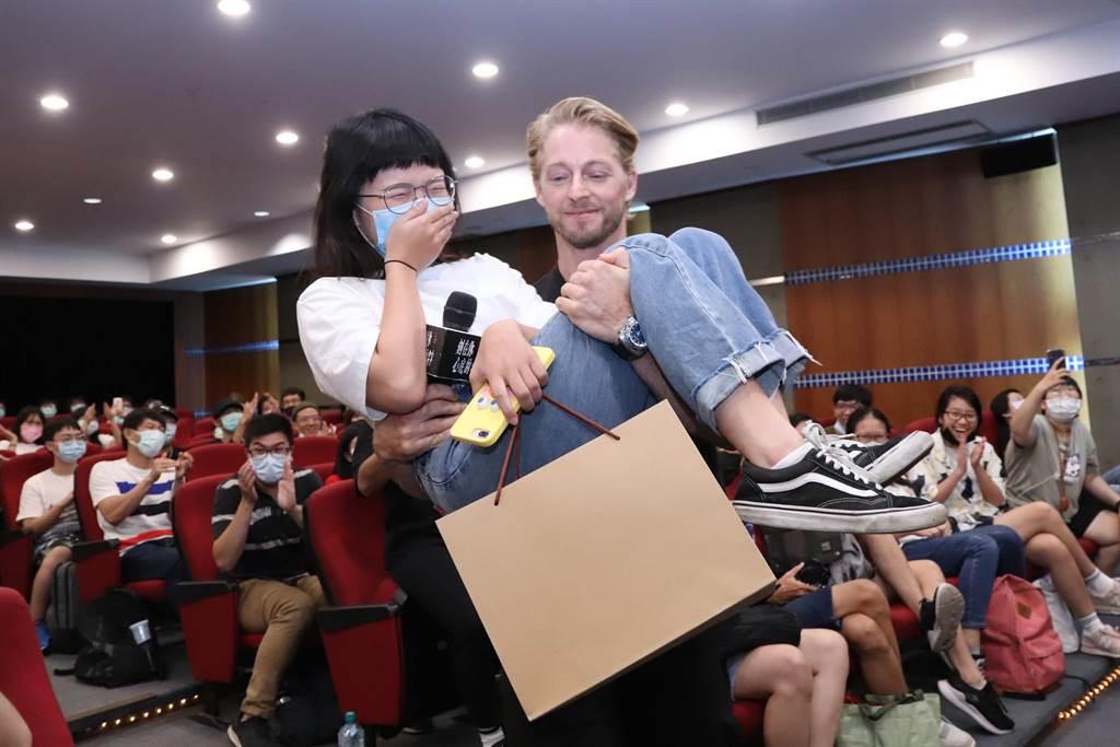 法比歐一把抱起學生。(氧氣電影提供)
