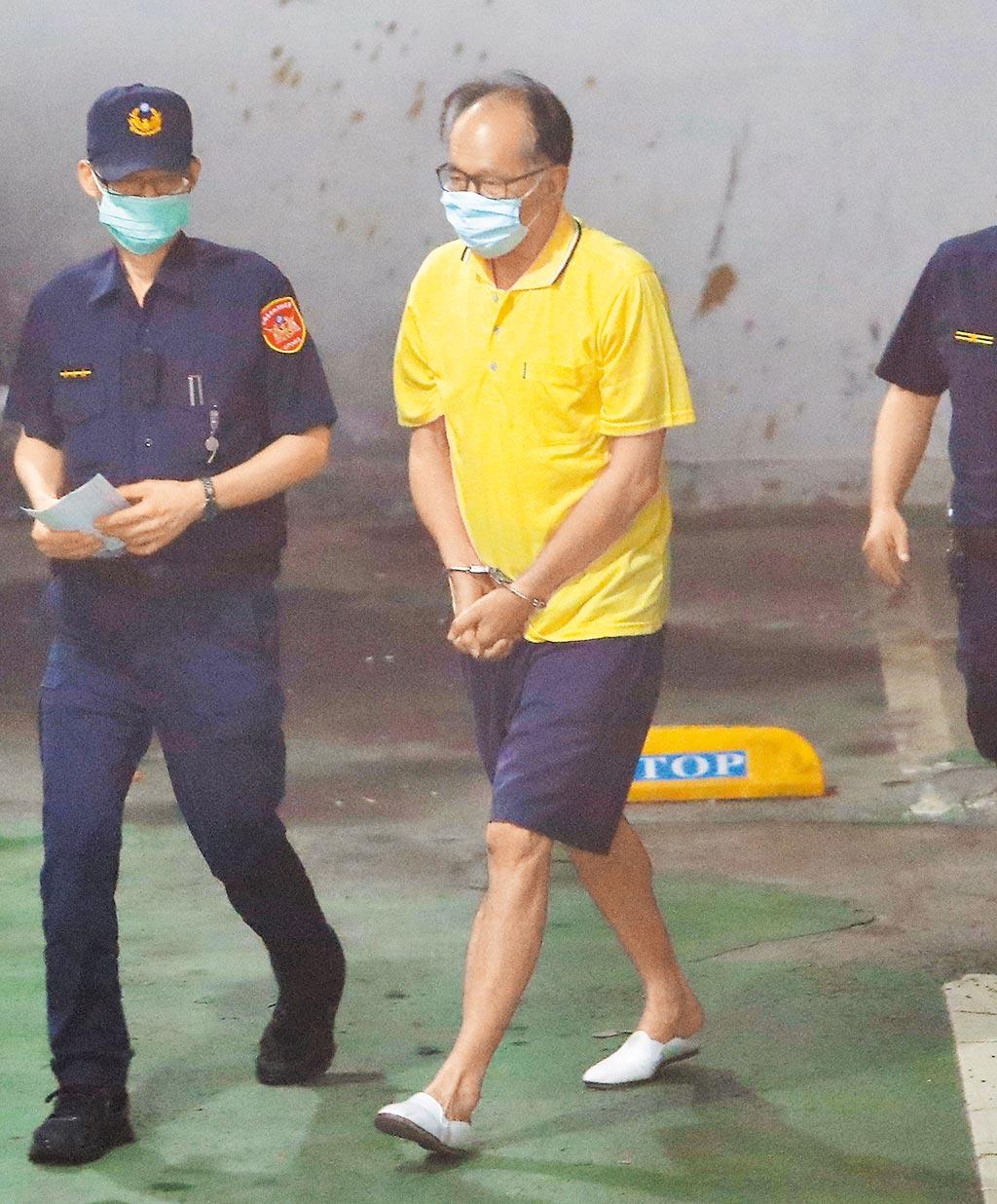 台北地檢署21日依貪汙罪起訴立委陳超明(右)後,解送在押的他,移審台北地院。(季志翔攝)