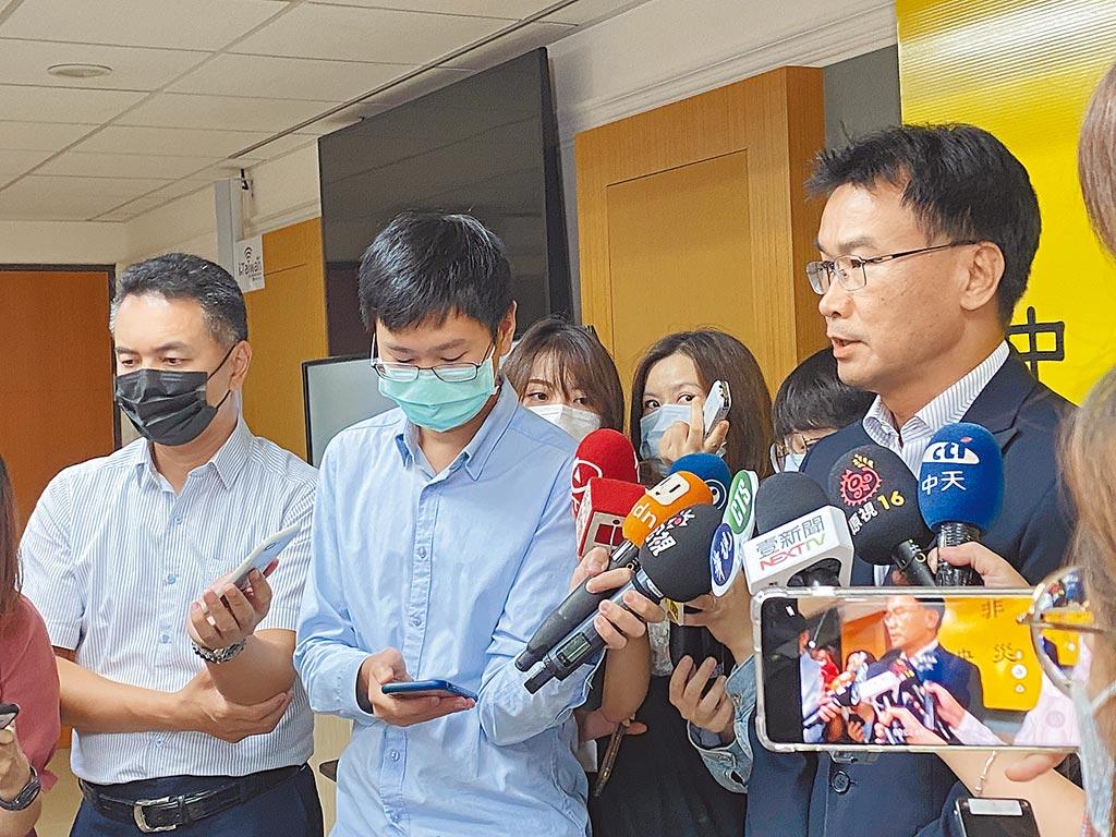 農委會主委陳吉仲(右)表示,有心人士透過假消息要打倒國內養豬產業令人無法接受,直言是「邪惡」、「可惡」的打擊。(李柏澔攝)