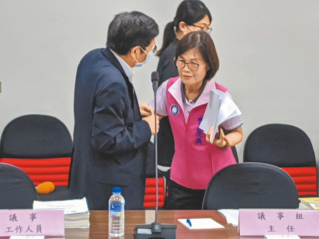 高雄巿議會21日召開程序委員會討論高巿府及有關機關上呈的提案。會前高巿府祕書長楊明州(左)特別先跟議長曾麗燕(右)「咬耳朵」。(曹明正攝)