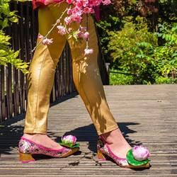 知名品牌聯名花木蘭!七彩繡花鞋將近萬元 網吐槽:燒給奶奶?