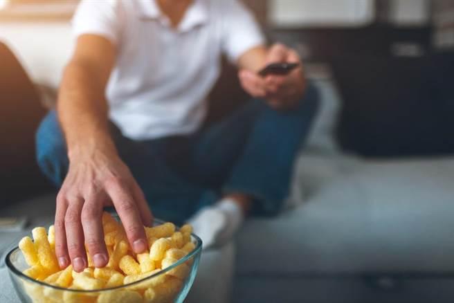 在家從事看電視等休閒要注意,不良飲食習慣會帶來罹癌風險。此為示意圖。(達志影像/shutterstock)