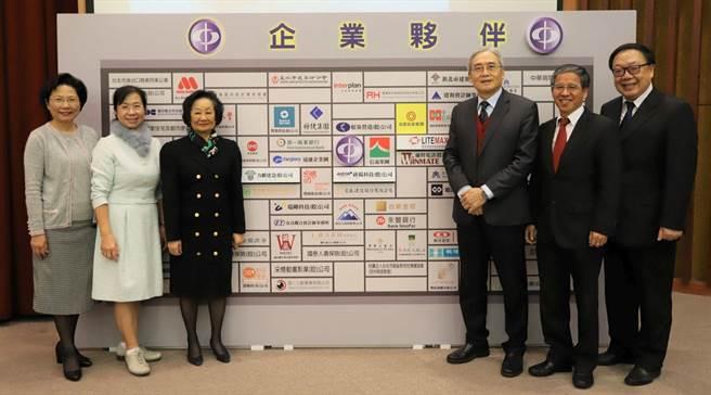 中國科大與眾多產業合作結為夥伴,鼓勵學生及早接觸職場、畢業即就業。(1111人力銀行提供)