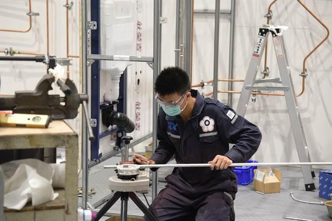配管與暖氣職類金牌選手林鈺棠,在全國技能競賽比賽時拚盡全力,將競賽題目完。(勞動部高屏澎東分署提供/吳江泉高雄傳真)