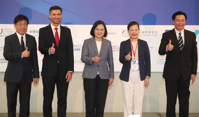蔡英文總統(右)22日出席「投資歐盟論壇」,合影時簡短的與歐盟經貿辦事處長高哲夫交換意見。(鄭任南攝)