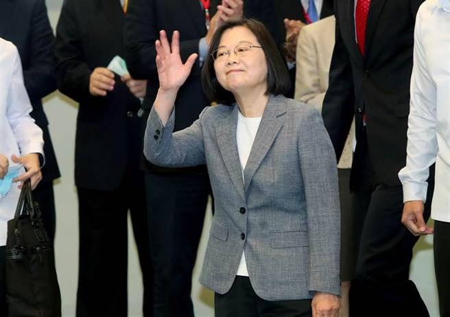 蔡英文總統22日出席「投資歐盟論壇」,在致詞與合影後走下台離去,向場來賓揮手示意。(鄭任南攝)