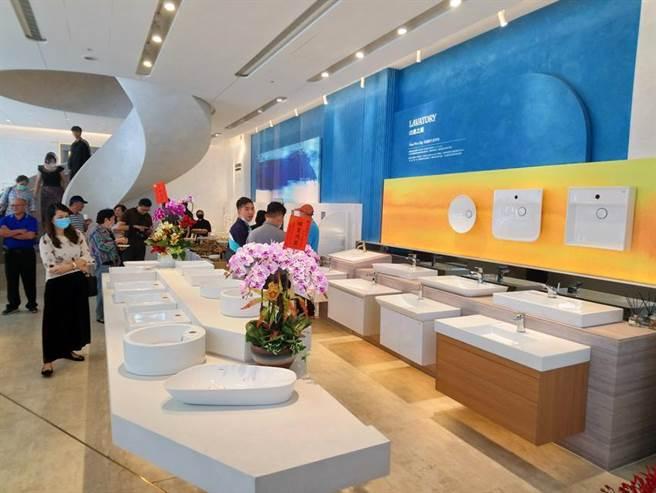 (凱撒衛浴「瓷藝光廊」台中店22日盛大開幕,邀請大批建商參觀。圖/曾麗芳)