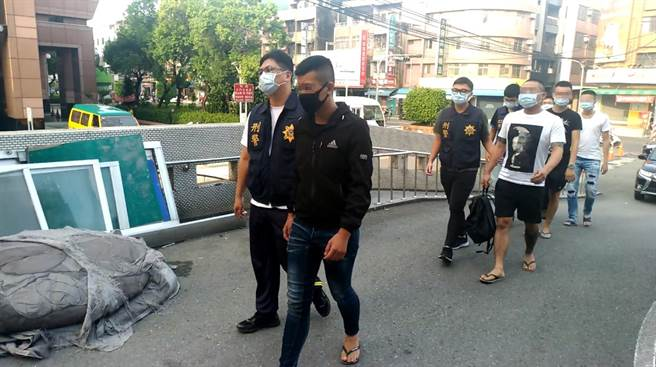 雙方人馬為了喬債引爆街頭械鬥,警方陸續帶回14人到案。(鳳山分局提供/柯宗緯高雄傳真)