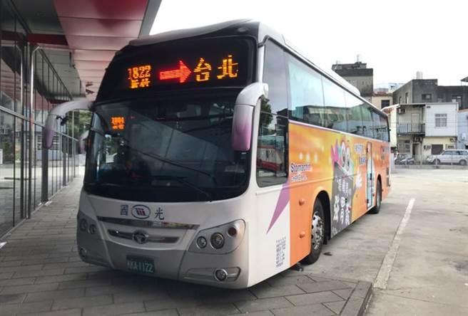 國光客運表示,1822線往返台北新竹,每隔15至25分鐘密集發車,連假優惠票價只要110元,不到高鐵票全票4折。圖/國光客運提供