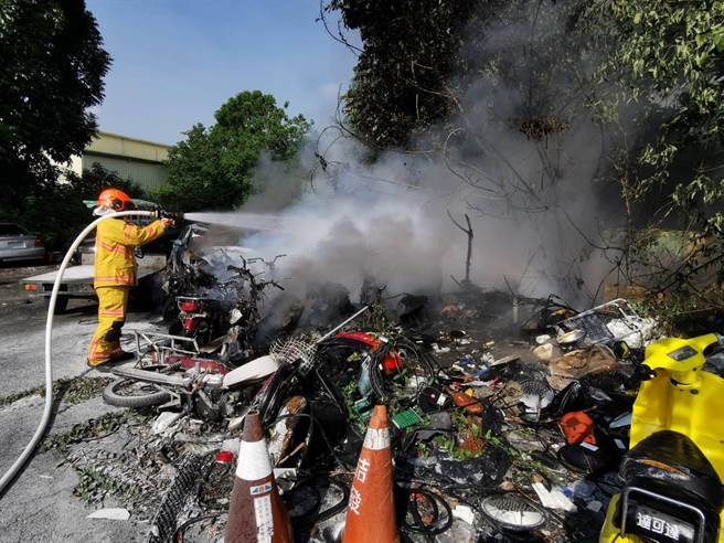 屏縣警局交通隊發生火警,火勢迅速被撲滅,並無人員傷亡。(警方提供/林和生屏東傳真)