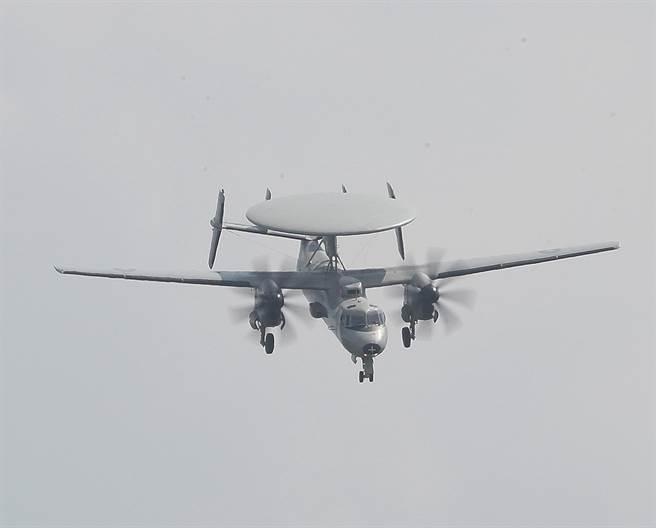 E-2K演練「戰術下降」科目,展現該機型優係飛行性能。(陳怡誠攝)