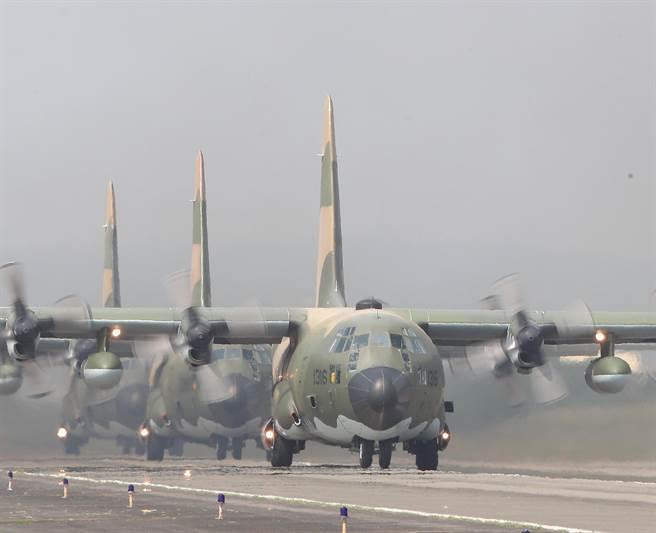 C-130運輸機操作「編隊滑行」科目。(陳怡誠攝)