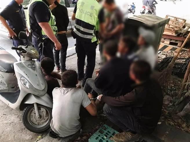 台中市警察局第六分局工業區派出所員警,見8名男子在人行道上疑似發生口角,上前盤查時,發現這8名男子都是失聯移工。(民眾提供/盧金足台中傳真)