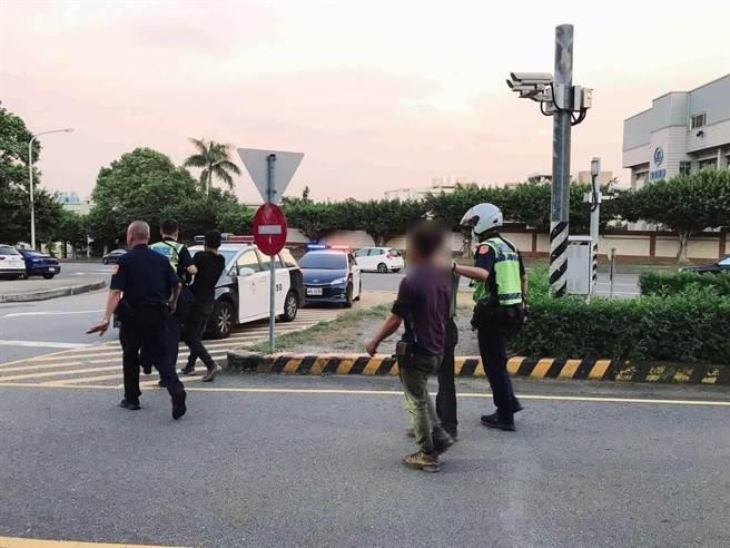 警方發現8人皆為失聯越南籍移工,經詢問後移送移民署台中專勤隊收容。(民眾提供/盧金足台中傳真)