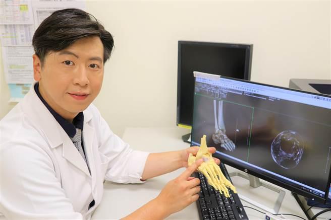 台大竹東醫院骨科醫師黃鼎鈞指韌帶撕裂傷以「踝關節鏡微創手術」修補,能很快回復正常行走。(院方提供/羅浚濱新竹傳真)
