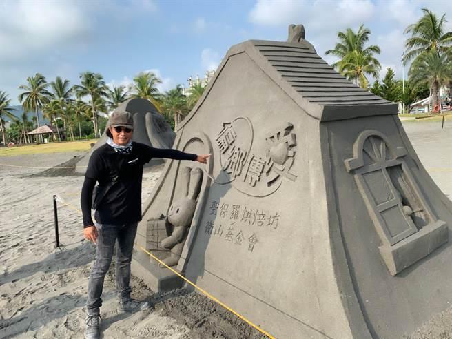 旗津黑沙玩藝節27日將登場,沙雕創作藝術家陳坤田解說創作意念。(柯宗緯攝)